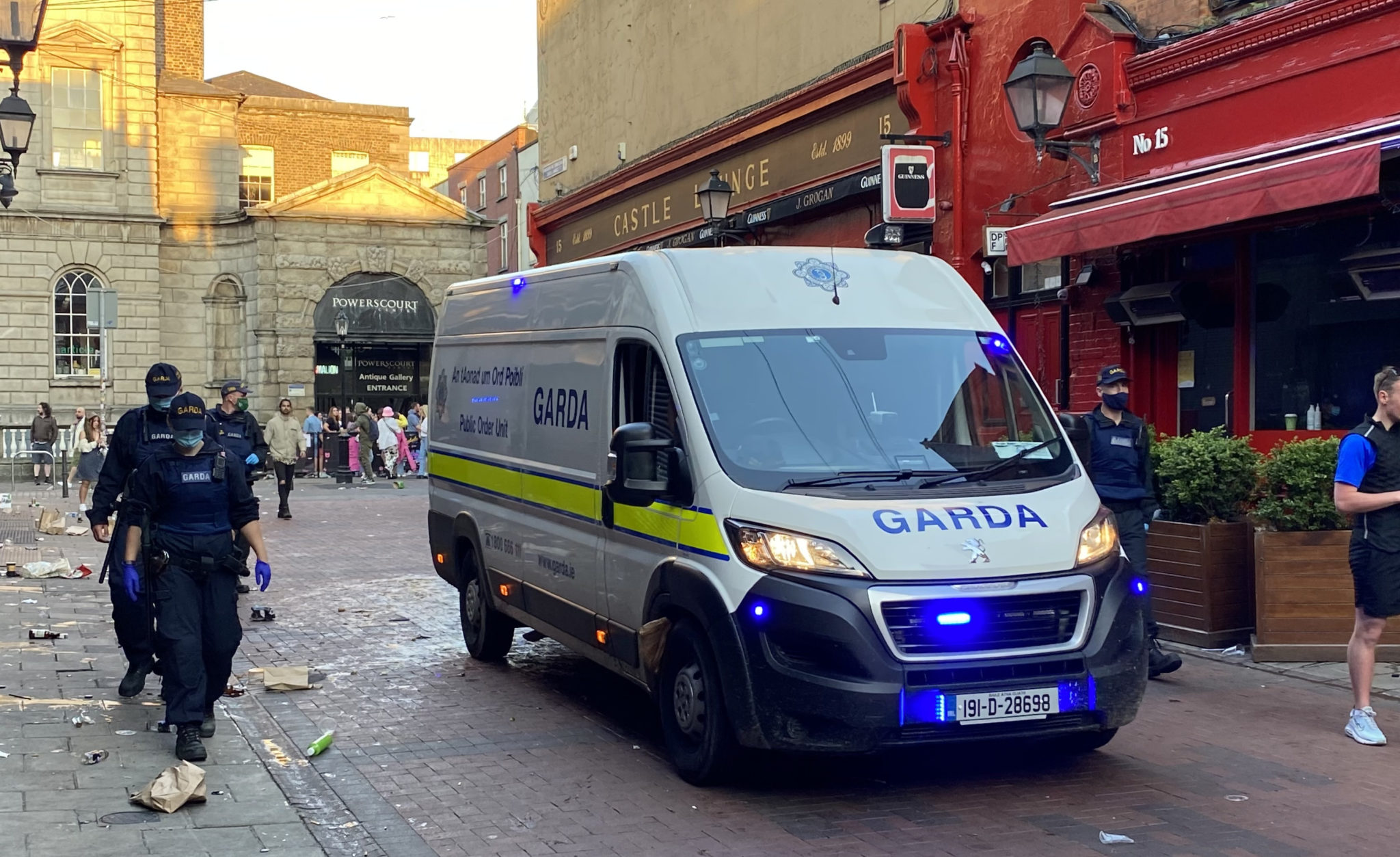 Gardaí enforcing coronavirus restrictions and moving people on from South William Street
