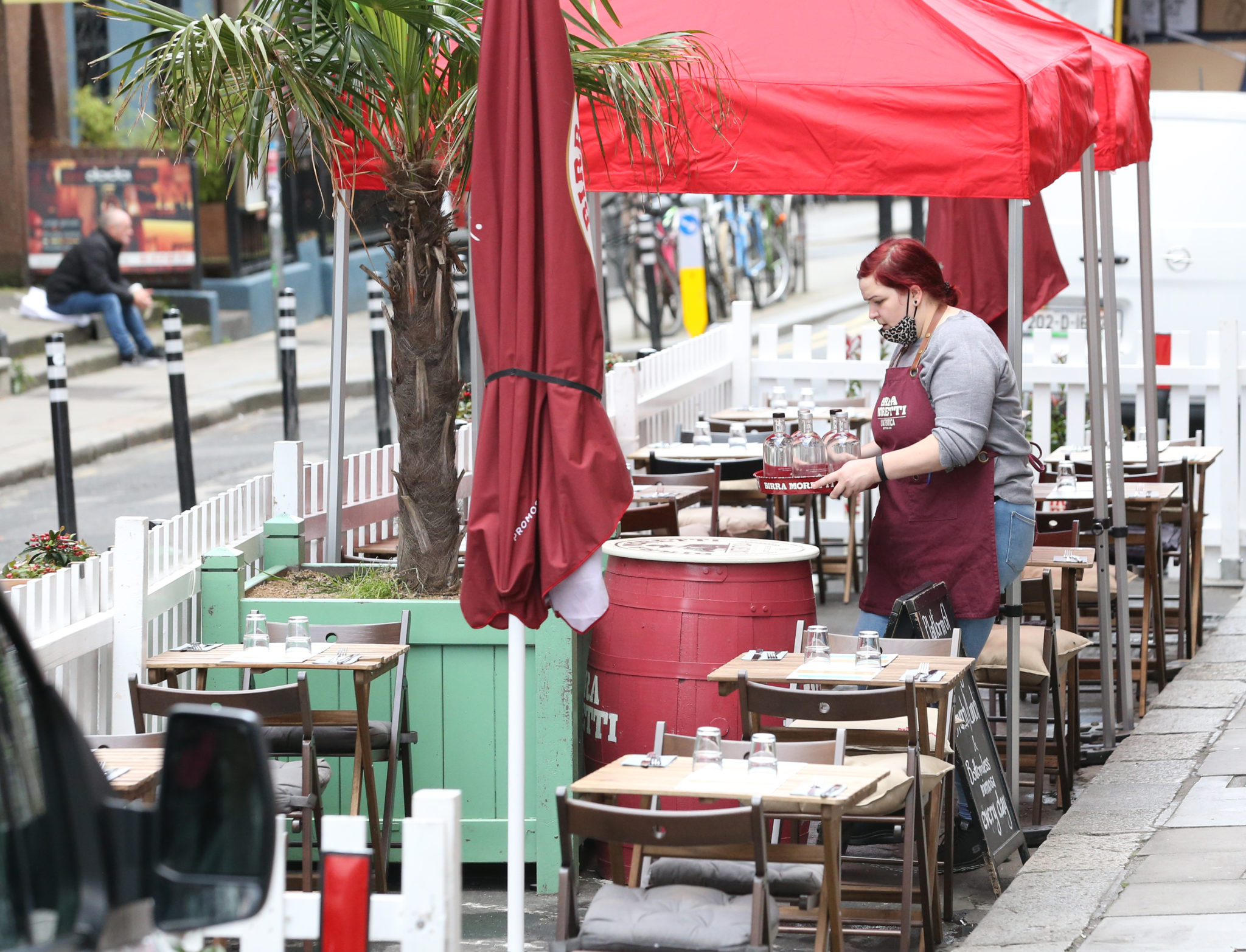 A waitress clearing an outside dining area in Dublin City Centre, 13-10-2020. Image: Sasko Lazarov/RollingNews